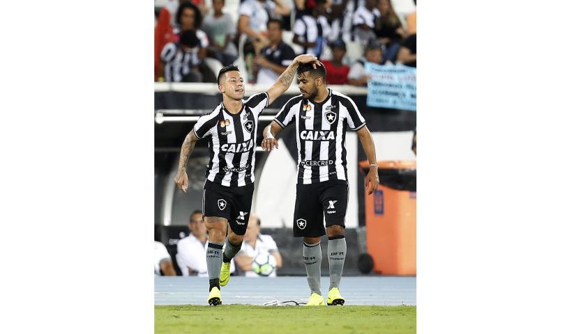 Botafogo vence clássico e se afasta do Z-4 do Brasileirão