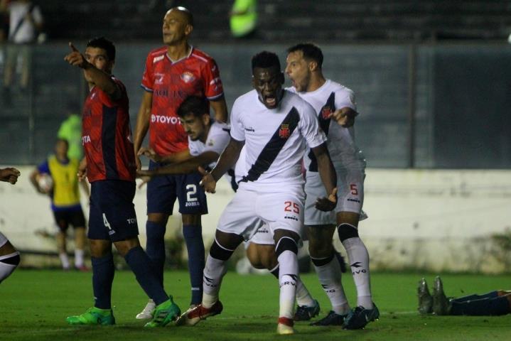 Vasco goleia e fica perto da vaga na próxima fase da Libertadores