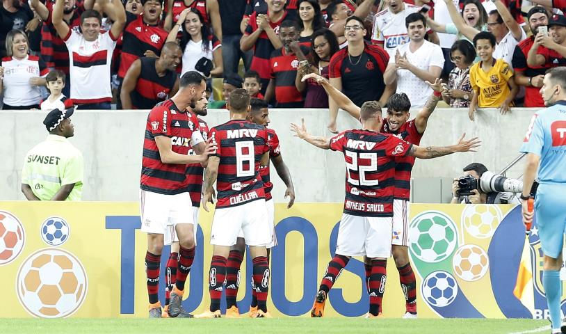 Flamengo vence o clássico e se mantém líder